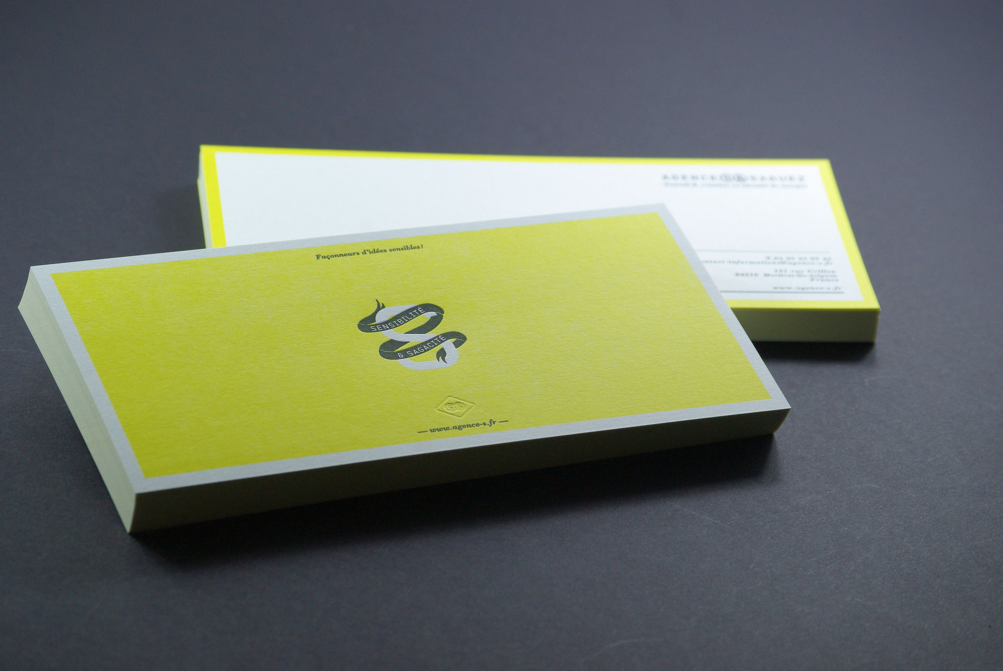 carte-de-correspondance-papeterie-letterpress-jaune-aplat-saguez-caracterres