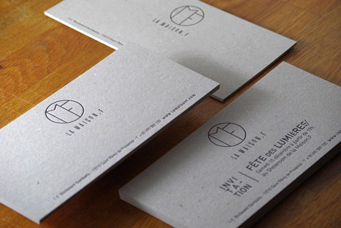 carte-de-correspondance-papeterie-letterpress-maisonf-saint-remy-provence-caracterres-carton-gris-invitation