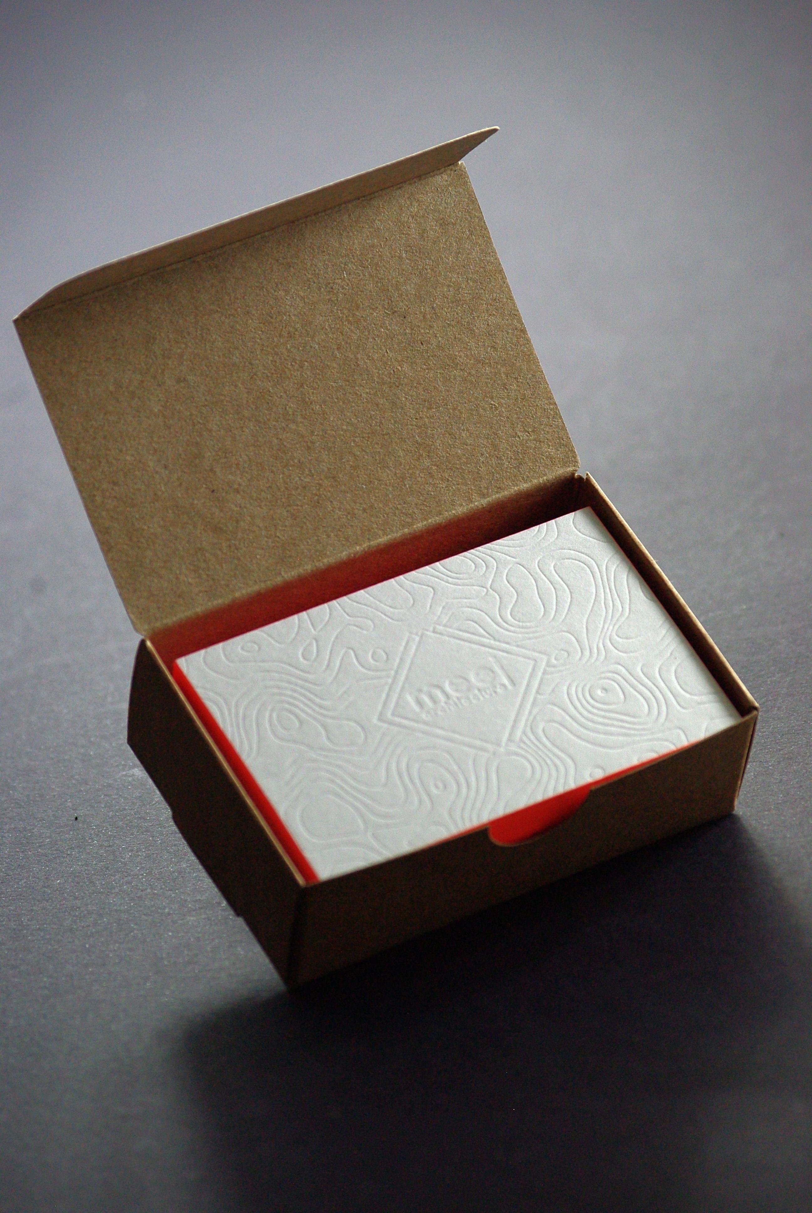 carte-de-visite-letterpress-debossage-sofia-architecte-tranche-fluo--boite-caracterres